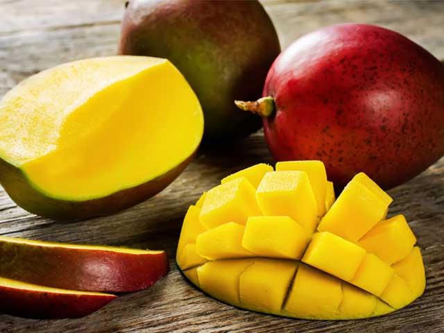 Кусочки манго на столе
