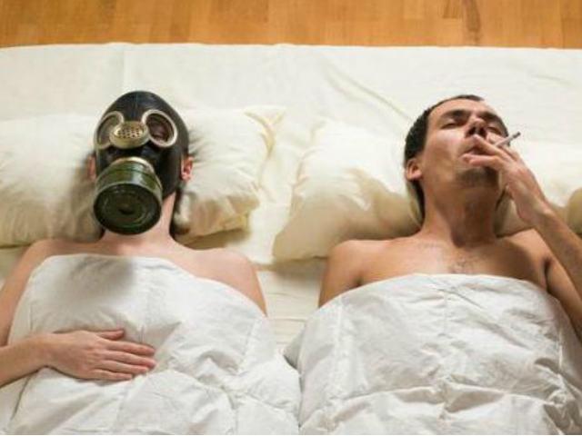 Курящий мужчина в постели, запах табака в квартире