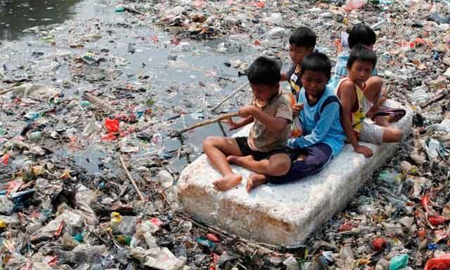 Дети собирают мусор на реке Читарум