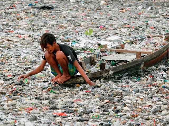 Мальчик ищет ценные вещи на реке Читарум