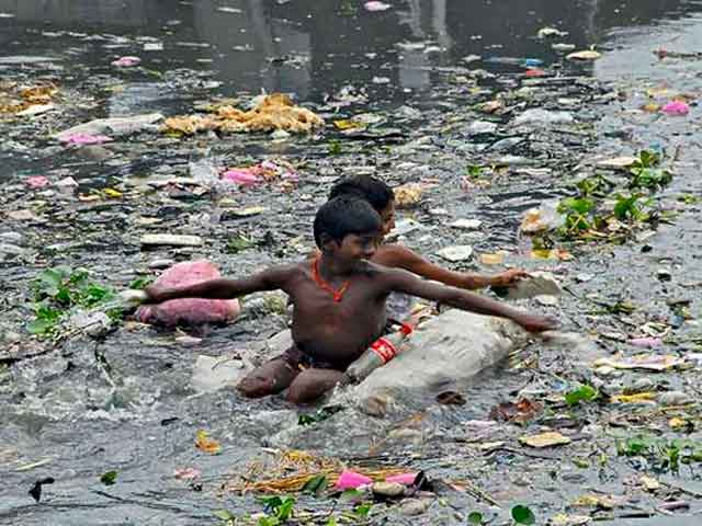 Дети плавают на реке Читарум