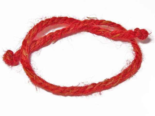 Оберег - красная нить на запястье