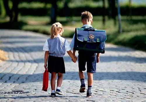 Ребенок носит сам портфель