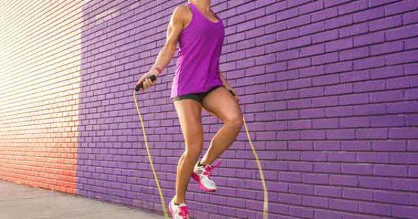 Женщина прыгает на скакалке