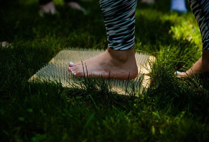 Стоять на гвоздях: польза и вред